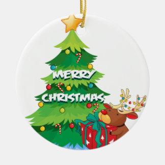 En stor julgran bredvid renen som kramar t rund julgransprydnad i keramik