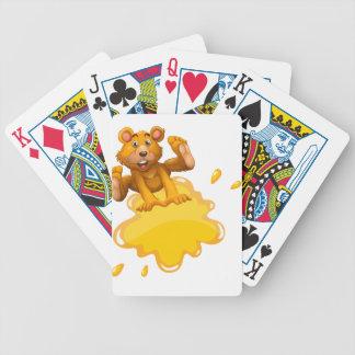 En tom mall och en skämtsam björn spelkort