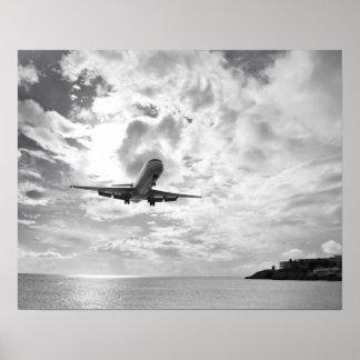 En trafikflygplan kommer in för en landning på pri posters
