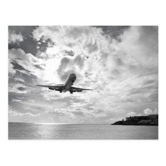 En trafikflygplan kommer in för en landning på vykort