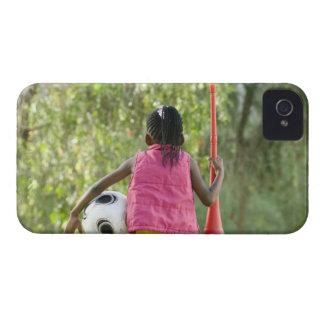 En ung flicka sitter på en ta av planet, innehav iPhone 4 Case-Mate fodral