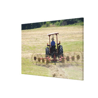 En ung pojke som kör en traktorplockning canvastryck