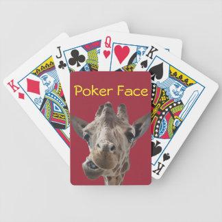 En uppnosig giraff med inställning spelkort