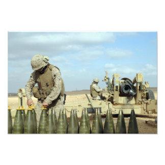 En US-flotta förbereder howitzerrundor för att Fototryck