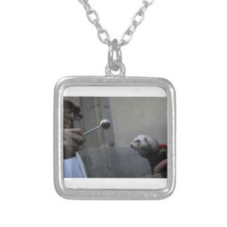 En välsignad vessla silverpläterat halsband