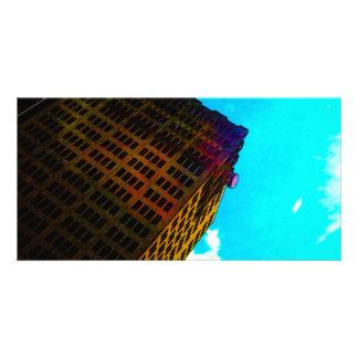 En vibrerande och högväxt byggnad mot blå himmel foto kort