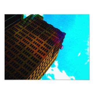 En vibrerande och högväxt byggnad mot blå himmel 10,8 x 14 cm inbjudningskort