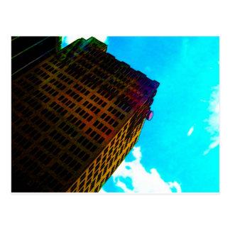 En vibrerande och högväxt byggnad mot blå himmel vykort