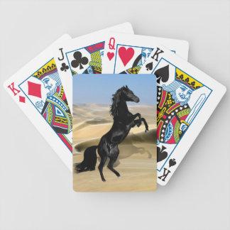 En vild som fostrar den svart ökenhingsten spelkort