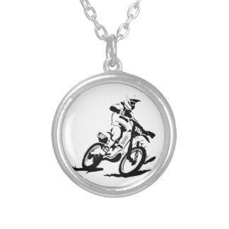 Enkel Motorcross cykel och ryttare Halsband Med Rund Hängsmycke
