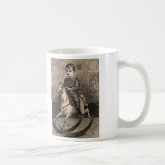 Enkel nöjeträsnittpojke på att vagga hästen kaffemugg