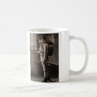 Enkelt spring för nöjeträsnittpojke bort kaffemugg
