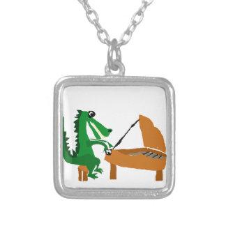 Enorm alligator som leker pianot silverpläterat halsband