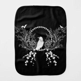 Enorm kråka och blommor i svartvitt bebistrasa