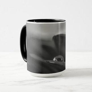 Ensamt tappar ett svartvitt vatten på den Gerber