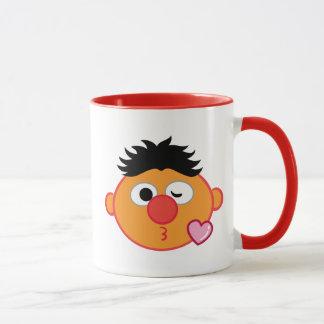 Ernie ansikte som kastar en kyss mugg