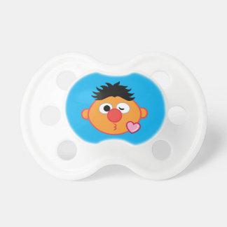 Ernie ansikte som kastar en kyss napp
