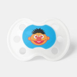 Ernie som ler ansikte med hjärtformade ögon napp