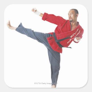 ett asiatiskt male karatesvartbälte som ha på sig fyrkantigt klistermärke