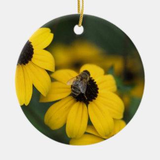 ett bi över blomman bygga bo julgransprydnad keramik
