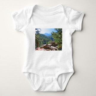 Ett enormt tryck av en stenig bergplats tee shirts