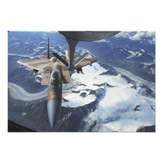 Ett F--15Cörnflygplan sitter bak en KC-135R Fototryck