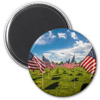 Ett fält av amerikanska flaggan på V-dag minne Magnet