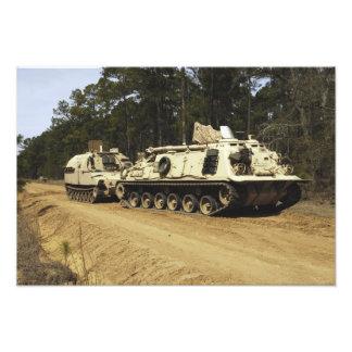 Ett fordon för återställning M-88 börjar att bogse Fotontryck