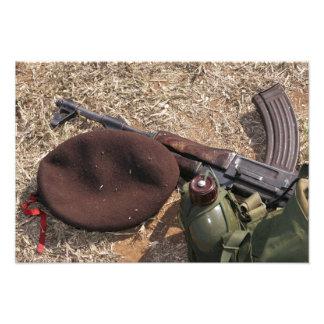 Ett gevär, militär täcker och kantinen fototryck