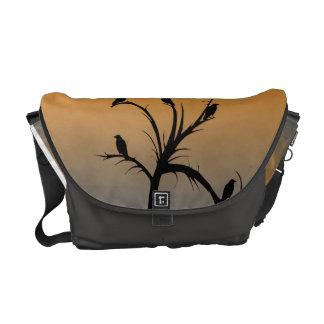 Ett kalt träd med Silhouettes av kråkor Kurir Väska