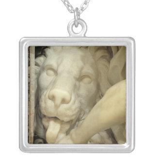 Ett lejont slicka foten av Daniel Silverpläterat Halsband