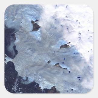 Ett litet fält av den glaciärsurroundsBaffin Fyrkantigt Klistermärke