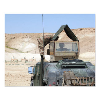 Ett mer soldiier instruerar en irakisk armésoldat fotografi