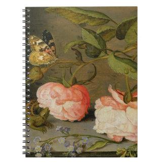 Ett stilleben med ro på en avsats anteckningsbok med spiral