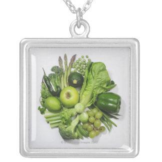 Ett val av gröntfrukter & vegetables. silverpläterat halsband