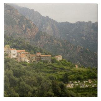 Europa frankrike, Corsica, Ota.  Town av Ota och Kakelplatta
