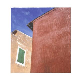Europa frankrike, Roussillon. Färgrika väggar är Anteckningsblock