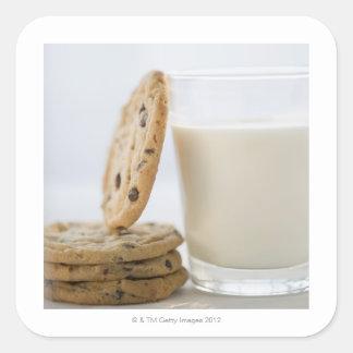 Exponeringsglas av mjölk och kakor, närbild fyrkantigt klistermärke