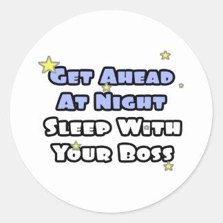 Få framåt på natt… sömn med din chef runt klistermärke