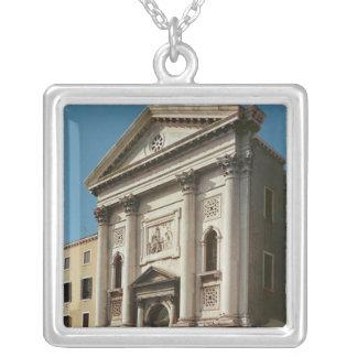 Facade av kyrkan av den Santa Maria dellaen Silverpläterat Halsband
