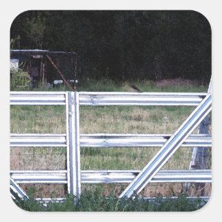 Fågel på ett staket fyrkantigt klistermärke