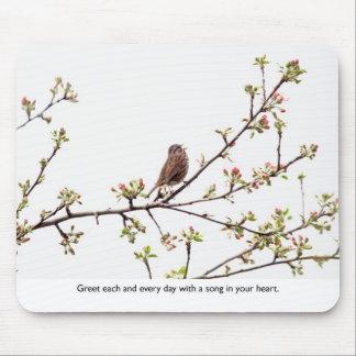 Fågel som sjunger en lycklig sång musmattor