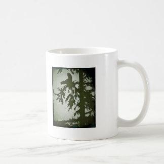 Fågel som skriar i ett träd kaffemugg