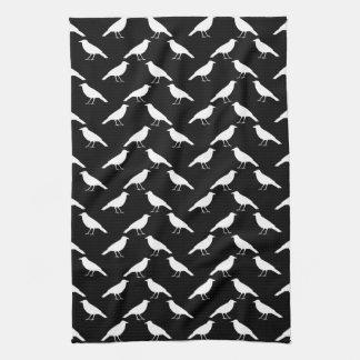 Fågelmönster. Kråkor i svart och White. Kökshandduk