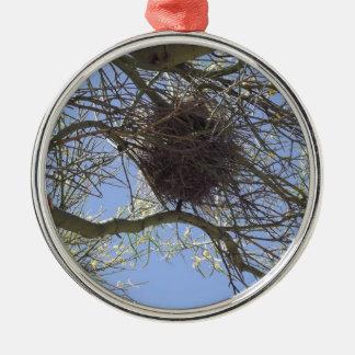 Fågeln bygga bo i grenar julgransprydnad metall