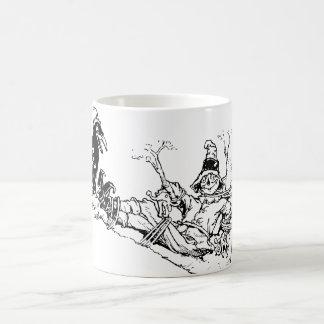 Fågelskrämma och kråka som ut hänger i ett träd kaffemugg