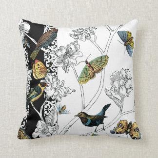 Fåglar och fjäril på en svart- & vitbakgrund kuddar
