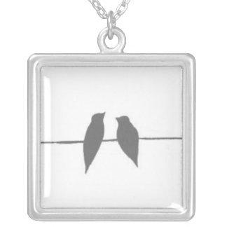 Fåglar på en binda silverpläterat halsband