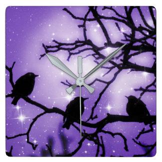 Fåglar på en gren - den purpurfärgade fyrkantig klocka