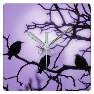 Fåglar på en gren - lavendelhimmelväggen tar tid fyrkantig klocka